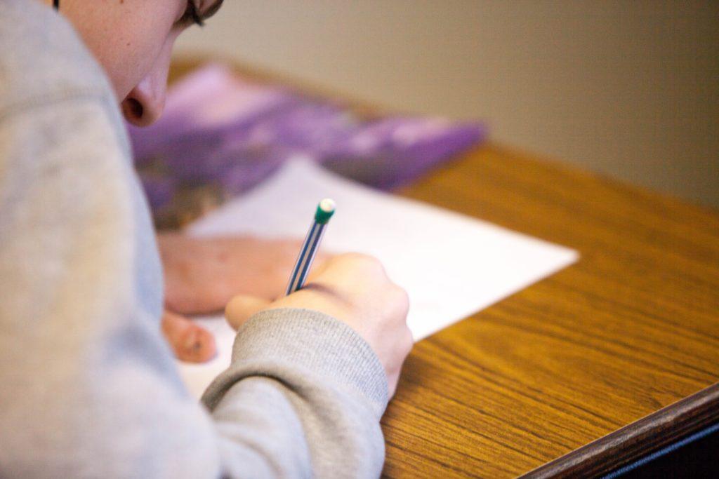 テストに取り組む男の子の画像