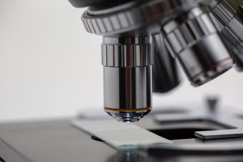 顕微鏡のレンズの写真