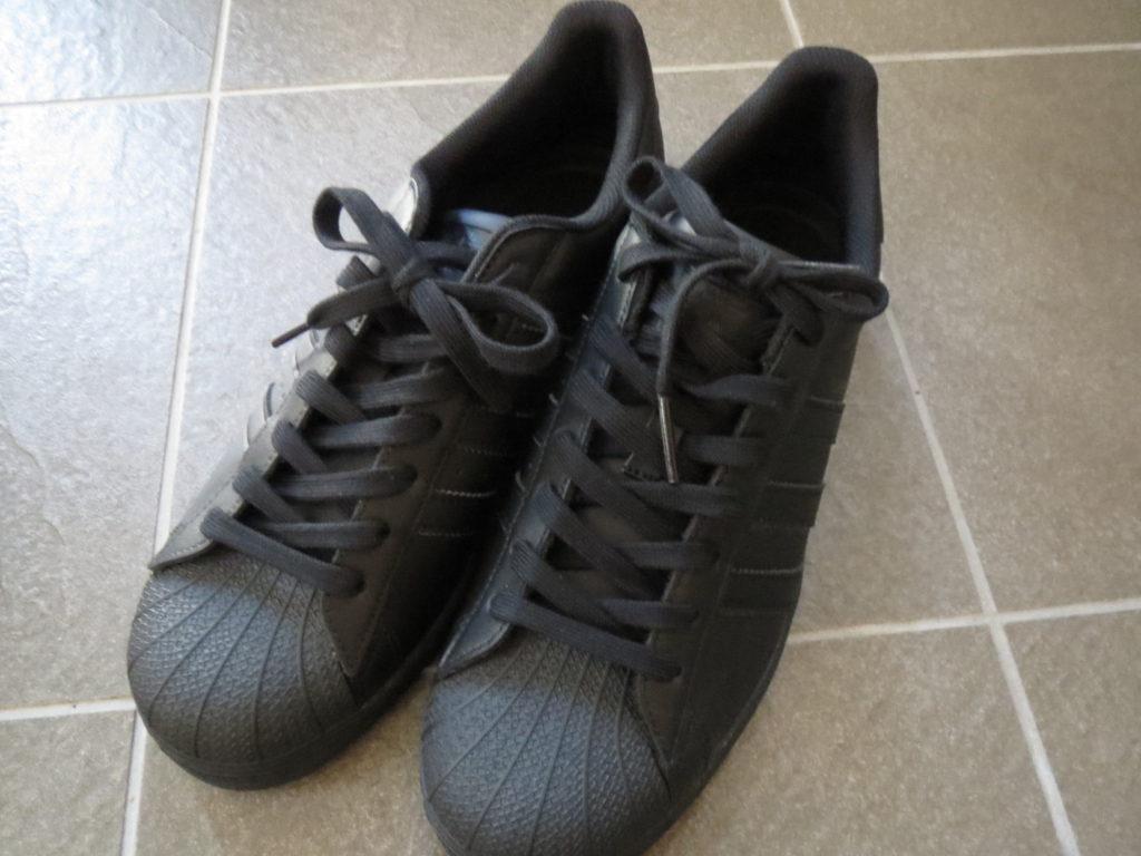 adidasのSUPERSTARってどんな靴?  adidas superstarブラックカラーの画像