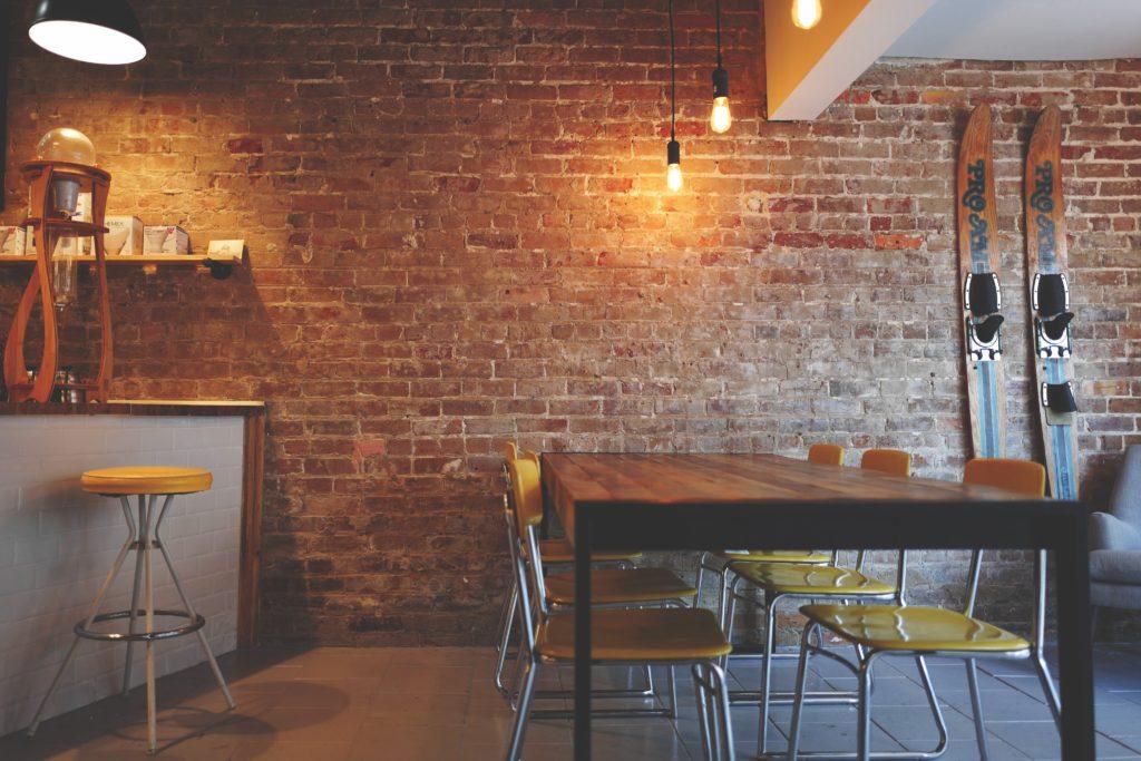 ペンダントライトがカフェなどのインテリアに使われている例