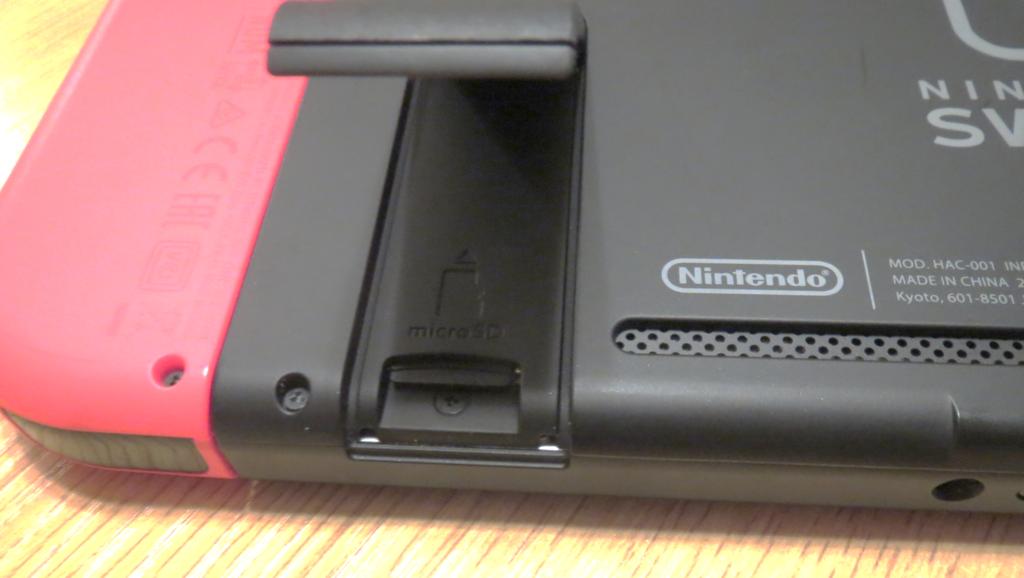 switchのマイクロSDカードを挿す位置を説明する画像